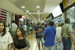 Leute, die bei Iquique, Chile kaufen lizenzfreie stockfotografie