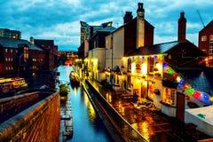 Leute, die an berühmtem Birmingham-Kanal in Großbritannien gehen Stockfotos