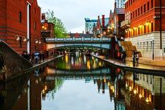 Leute, die an berühmtem Birmingham-Kanal in Großbritannien gehen stockbilder
