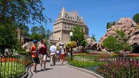 Leute, die in Bereich Kanadas Pavilllion bei Epcot an Walt Disney World Resort-Bereich gehen stock video