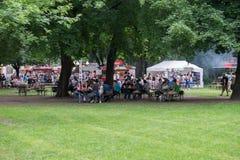 Leute, die am Bier- und Straßenlebensmittelfestival sich entspannen stockbilder
