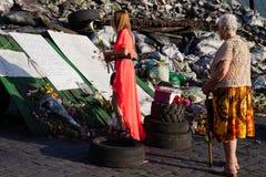 Leute, die Blumen zu den Maidan-Barrikaden holen Lizenzfreie Stockbilder