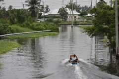Leute, die Boot des langen Schwanzes fahren lizenzfreie stockbilder