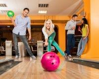 Leute, die Bowlingspiel spielen Stockbilder