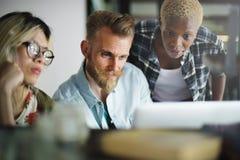 Leute, die Brainstorming-Diskussions-Konzept treffen lizenzfreies stockbild