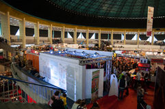 Leute, die bunte Ausstellungsfläche, Galeriewand-Metroart besuchen Stockfotografie