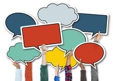 Leute, die bunte Sprache-Blasen halten Lizenzfreies Stockbild