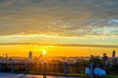 Leute, die bunten Sonnenuntergang genießen Stockbild
