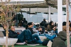 Leute, die am Café auf Circulo de Bellas Artes von Madrid-roo genießen stockbilder
