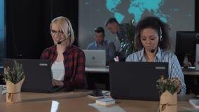 Leute, die in Call-Center nachts arbeiten stock footage