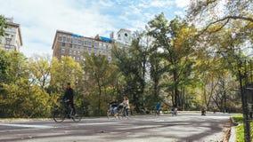 Leute, die in Central Park, Manhattan radfahren stockfoto