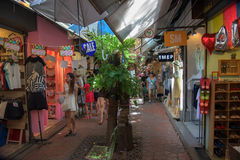 Leute, die an Chatuchak-Markt in Bangkok kaufen Lizenzfreies Stockbild