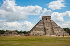 Leute, die Chichen-itza - die Hauptpyramide das Schloss und der Tempel von Kriegern im Hintergrund besuchen lizenzfreies stockfoto