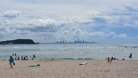 Leute, die an Currumbin-Strand sich entspannen und ein Sonnenbad nehmen lizenzfreie stockbilder