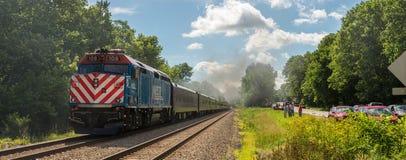 Leute, die das Überschreiten von Nickel-Platten-Straße 765 railfanning sind Lizenzfreies Stockbild
