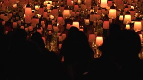 Leute, die das Digital-Kunstmuseum in Japan genießen stock footage
