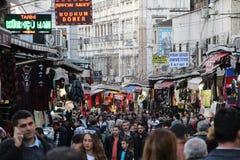 Leute, die das Einkaufen in Istanbul tun Lizenzfreie Stockbilder