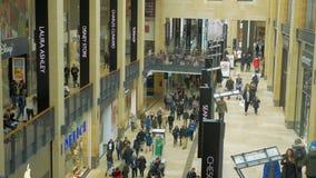 Leute, die in das Einkaufszentrum gehen Schuss von der Spitze zum Erdgeschoss stock footage