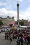 Leute, die das Festival von Eid im Trafalgar-Platz feiern lizenzfreie stockfotografie