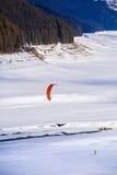 Leute, die das Kitesurfing tun Lizenzfreie Stockfotografie