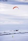 Leute, die das Kitesurfing tun Lizenzfreies Stockbild