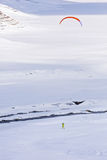Leute, die das Kitesurfing tun Lizenzfreies Stockfoto