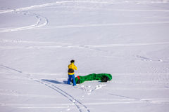 Leute, die das Kitesurfing tun Stockbild