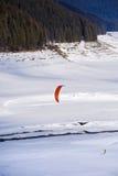 Leute, die das Kitesurfing tun Lizenzfreie Stockfotos
