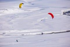 Leute, die das Kitesurfing tun Stockfoto