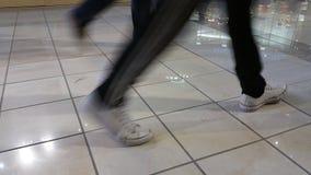 Leute, die in das Mall am Weihnachten gehen Stockfotos