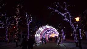 Leute, die in das Stadtzentrum verziert für Weihnachten gehen stock footage