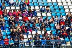 Leute, die das Training der Formel 1, 2015 sehen stockbild