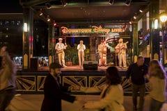 Leute, die in den berühmten im Stadtzentrum gelegenen Disney-Bezirk, Disneylan tanzen Stockfotografie