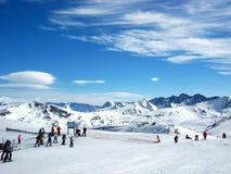 Leute, die in den Bergen Ski fahren Lizenzfreie Stockfotografie