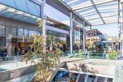Leute, die in den Einkaufszentrenbereich Cagnes-sur Mer, französisches Riviera gehen Stockbild