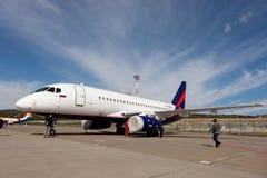 Leute, die den Flugzeuge Sukhoi-SuperJet 100-95 betrachten Stockfoto