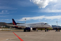 Leute, die den Flugzeuge Sukhoi-SuperJet 100-95 betrachten Lizenzfreies Stockbild