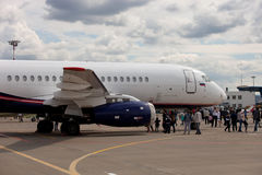 Leute, die den Flugzeuge Sukhoi-SuperJet 100-95 betrachten Lizenzfreie Stockbilder