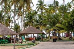 Leute, die in den Gazebos in La Campagne-Strandurlaubsort Lekki Lagos Nigeria spielen lizenzfreie stockfotografie
