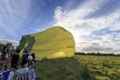 Leute, die den Korb nach einer Ballonsanften landung ausschiffen stockfotografie