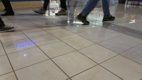 Leute, die in den Mall gehen Lizenzfreie Stockbilder