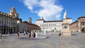 Leute, die in den Marktplatz Castello, Turin, Italien gehen stock footage