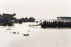 Leute, die den Mekong auf Fähre in meinem Tho, Vietnam kreuzen Stockfoto