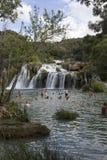 Leute, die an den Nationalparkwasserfällen Krka I baden Lizenzfreie Stockfotografie