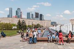 Leute, die in den Park des Sieges in Moskau gehen Stockbild