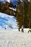 Leute, die in den Schweizer Alpen Ski fahren stockfotos