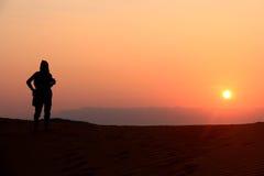 Leute, die den Sonnenaufgang schauen Stockbilder