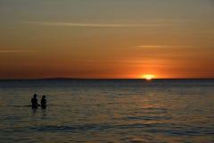Leute, die den Sonnenuntergang über dem Meer auf Boracay-Insel, Philippinen aufpassen stockfotos