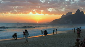 Leute, die den Sonnenuntergang an Ipanema-Strand, Rio de Janeiro genießen stock video footage