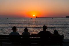 Leute, die den Sonnenuntergang in Sewastopol aufpassen Stockbilder